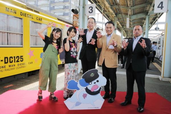 『ゾンビランドサガ』聖地・佐賀県で描き下ろしラッピング列車が出発! 出発式には声優の本渡楓さん&河瀬茉希さんが登壇