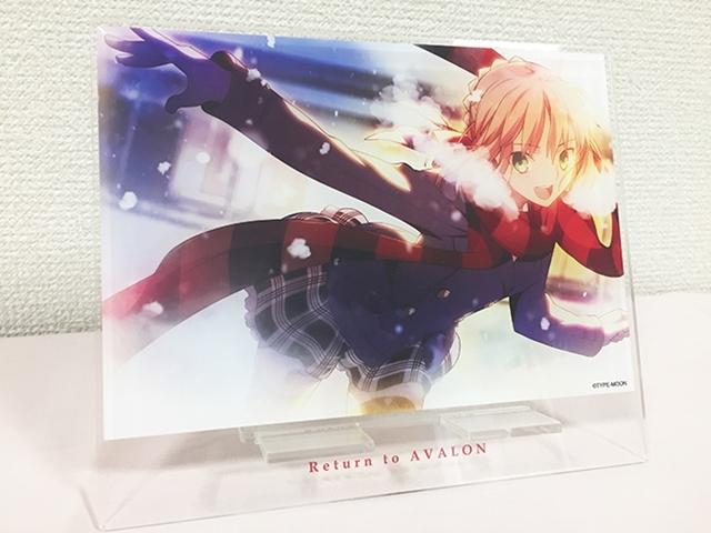 『Return to AVALON -武内祟Fate ART WORKS-』アニメイト限定セットにはセイバーの顔が隠れないビッグサイズ仕様の横置きスマホスタンドが付属!