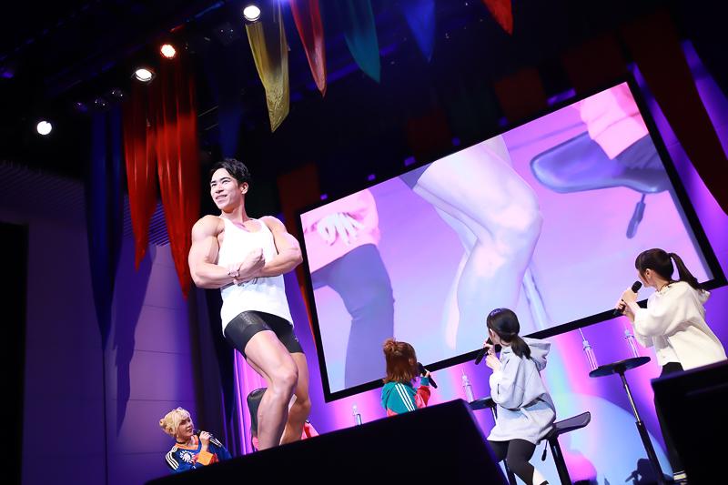 リアルマッチョの登場で「腹筋6LDKかい!」ファイルーズあいさん、雨宮天さん、石川界人さんら声優陣がファンと一緒に集団スクワットを成し遂げた『ダンベル何キロ持てる?』SPイベントレポート-14