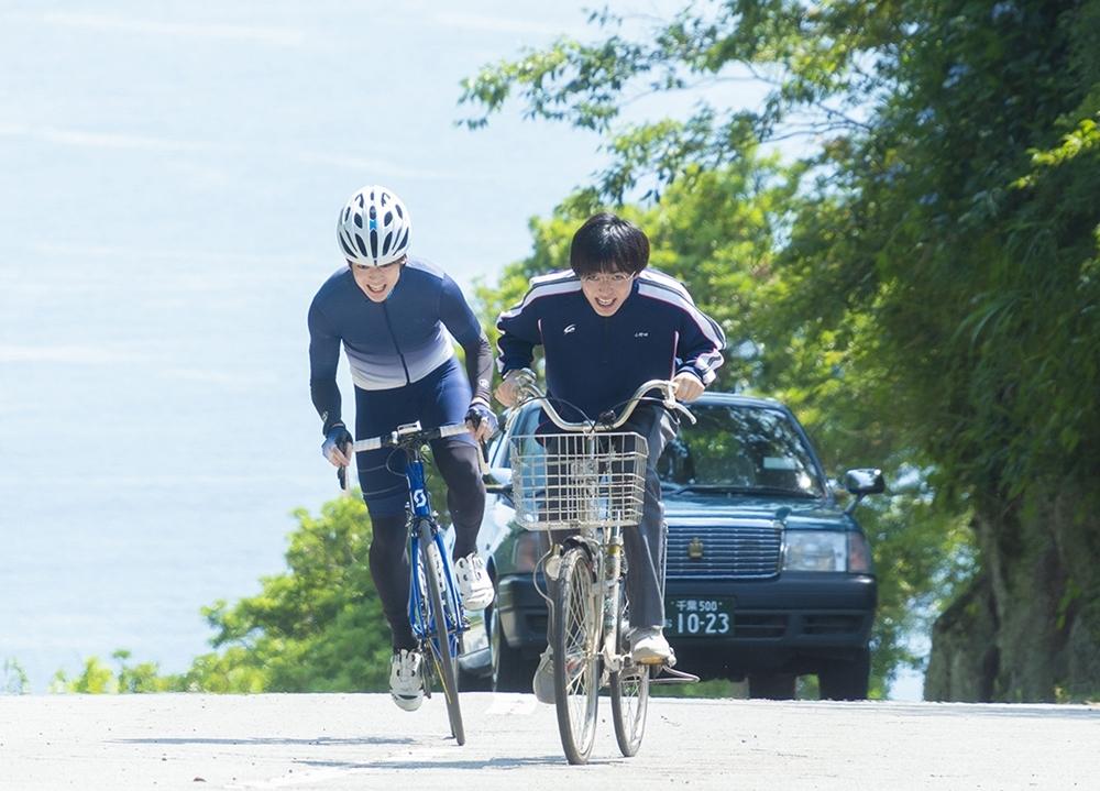 実写映画『弱ペダ』坂道と今泉の自転車レース初対決の場面写真解禁!