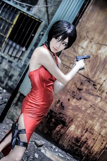 人気ゲーム『バイオハザード』シリーズより、物語の裏で暗躍する謎に包まれた美女「エイダ・ウォン」のコスプレ写真を紹介! カッコよくセクシーなエイダをお届け!