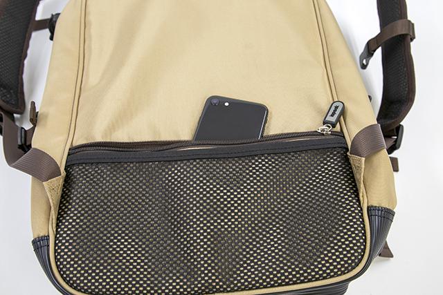 ▲すぐに取り出せる背面収納に財布やスマホなどを入れておけば、セキュリティ面も安全です。