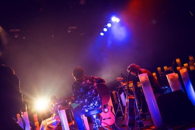 声優・楠木ともり Birthday Candle Live『MELTWIST』レポート 無数のキャンドルに囲まれての配信ライブ――カヴァー曲やオリジナル曲をアコースティックアレンジで披露