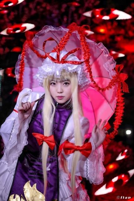 『東方妖々夢~Perfect Cherry Blossom.』より、幻想郷最古参の妖怪・八雲紫のコスプレ特集! 道士服風前掛けやフリルドレスに身を包んでいるコスプレイヤーさんをお届け!