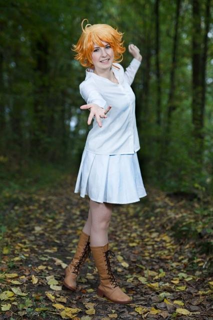 人気作品『約束のネバーランド』より、本作の主人公「エマ」のコスプレ写真を紹介! 可愛さ溢れるエマをお届け!