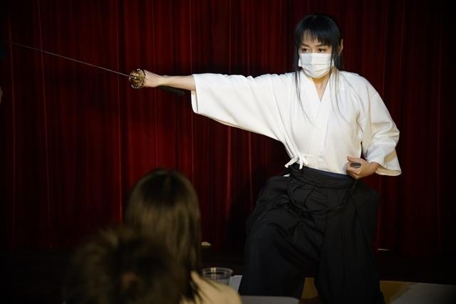 横山智佐さんが北辰一刀流を体験する古武術トークイベント、メイド喫茶「made mode」で開催!-11