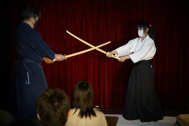 横山智佐さんが北辰一刀流を体験する古武術トークイベント、メイド喫茶「made mode」で開催!-9