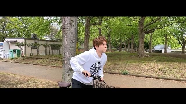 声優・内田雄馬さんの8thシングル「Comin' Back」よりc/w曲「スタートライン」(saji・ヨシダタクミさん提供曲)のリリックビデオ公開! 自転車に乗って駆け抜ける爽やかな映像-2